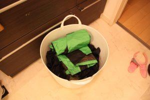 適量の水と衣類に洗剤をぶち込み